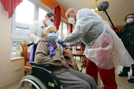 ドイツの老人ホームに特攻隊が乗り込み、ワクチン接種を強要 42人中13人死亡