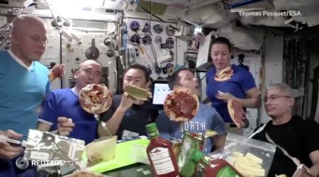 【宇宙は存在しない】宇宙ステーションでピザパーティを開き、不自然に浮かぶピザで「宇宙は無重力」と庶民を洗脳