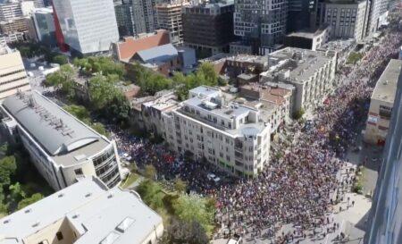カナダでコロナワクチン接種義務化とワクチンパスポート反対を訴える大規模デモ開催 「子供殺し!Fuckトルドー!!」と抗議し、自由党の選挙バスに群がる国民たち