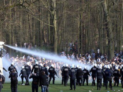 【ベルギー】ノーマスクの野外パーティを催涙弾や放水銃で鎮圧