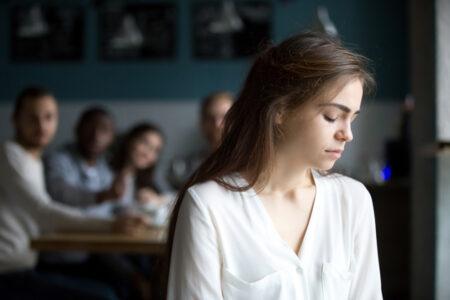弱音を吐けずに苦しむ大人たち 心の奥では人生の答えを探し求めている