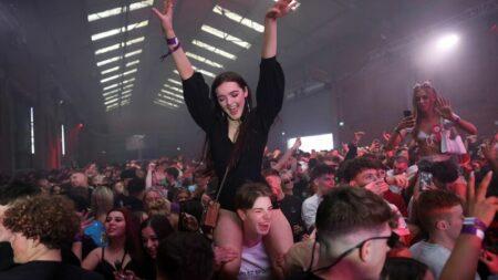 【創価への反撃】 イギリス政府、3000人の密着ダンスパーティを開く