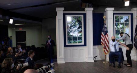 """【アメリカ政治はただのショー】影武者のバイデン大統領がホワイトハウスの""""セット""""で3回目のコロナワクチンを接種 本物のバイデンは脳卒中で既に昏睡状態"""